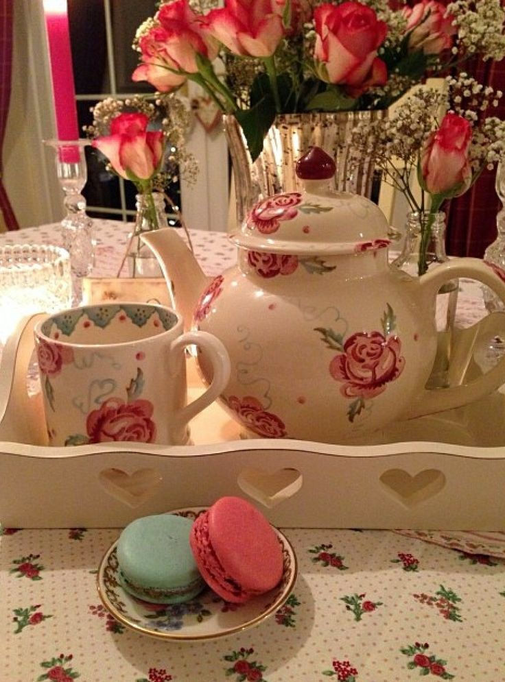 Emma Bridgewater Scattered Rose Four Cup Teapot. Pretty display.