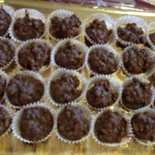 Squisiti dolcetti che ci permetteranno di consumare gli ultimi rimasugli della cioccolata delle uova di Pasqua. Ingredienti: Cioccolato qb (quello delle uova di Pasqua) Riso soffiato qb (quello croccante comprato nello scomparto dei cereali)...
