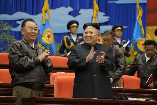 Kim Jong-un, Lider de la Revolución Socialista de Corea, en una visita y posterior reunión con pilotos de aeronaves del Ejército Popular de Corea.
