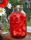 Ароматный ликер! Сильный вкус клубники и еле уловимая нотка лимона. Ингредиенты:  - 0,5 кг спелой, сладкой клубники; - 0,5 л водки или спирта, разведенного до 40-45%; - 250-300 гр сахара; - ½ часть большенького лимона; - 200 мл отстоянной воды.  Приготовление:  Клубнику промываем, удаляем плодоножки и режем пополам (если ягоды крупные, то можно и на четвертинки). Засыпаем клубнику в литровую банку и заливаем её водкой. При этом важно, чтобы все ягоды были покрыты водкой. Можно ее взять…