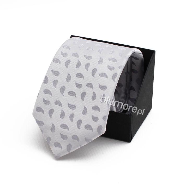 Dodatki do wizytowych kreacji to bardzo istotny element. Dobierz krawat do garnituru swojego syna i już teraz ciesz się szykowną stylizacją!   Cena: 19,90 zł   Link do sklepu: http://tiny.pl/gx5j9
