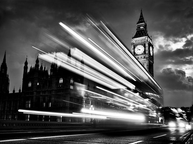 CONFINI INn MOVIMENTO: Parte la pinboard sul viaggio della P.A.I. con la fotografia... Double-Decker Buses [Westminster Bridge. London. England. 2014.04,28.120023 Peter Adams Photography]. | #LaDiligenzaDelSapere: #ConfINN;   #PeterADAMS: #blackandwhite, #biancoenero, #european, #government, #motion, #parliament, #tourism / #turismo, #travel / #viaggio, #London. #StarTrek.  #Fontier.