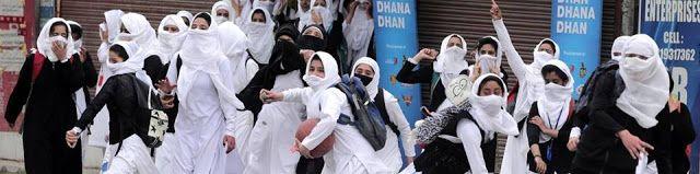 Gadis sekolah Kashmir pun melempari India  Gadis Kashmir (Al-Jazeera)  Beberapa pekan lalu polisi India di Kashmir dikabarkan memukuli mahasiswa di Perguruan Tinggi Pulwama. Video kejadian ini sontak tersebar membuat seluruh pelajar di Kashmir turun kejalan melancarkan aksi protes. Kali ini para gadis turut melancarkan aksi lempar batu. Gambaran demo seketika menjadi viral meski pemerintah India memutus sebagian besar koneksi internet di wilayah tersebut. Beberapa gambar menunjukkan siswi…