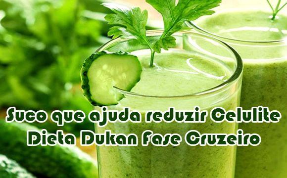 Suco para reduzir celulite Dukan Ingredientes:  1 folha de de couve bem lavada 500ml de de água 1 limão galego descascado 3 folhinhas de hortelã Raspas de limão (pode ser do próprio limão que será descascado, antes de descascá-lo) 1/4 de pepino pequeno 1/2 pedaço pequeno de gengibre 1/2 colher (sopa) de adoçante Gelo  Modo de preparo:  Bata todos os ingredientes no liquidificador.  Tome o seu suco durante a fase cruzeiro Dukan em jejum.