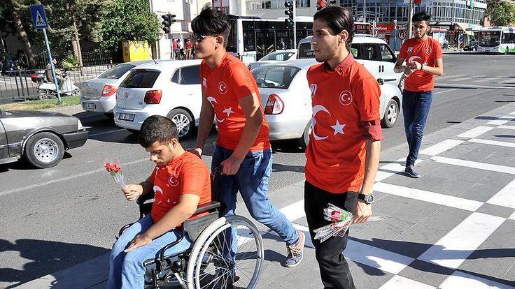 """Şanlıurfa'da bir grup Suriyeli, provokasyonlara karşı vatandaşlara gül ve su dağıttı.  Yaşları 15-25 arasında değişen bir grup Suriyeli genç, kentin yaya ve araç trafiğinin en yoğun olduğu Atatürk Bulvarı'nda toplandı. Türk bayraklı tişört giyen Suriyeli gençler, bulvardan geçen vatandaş ve sürücülere üzerinde """"Teşekkürler Türkiye"""" yazılı not bulunan gül ile su dağıttı.   #provokasyan #suriyeli"""