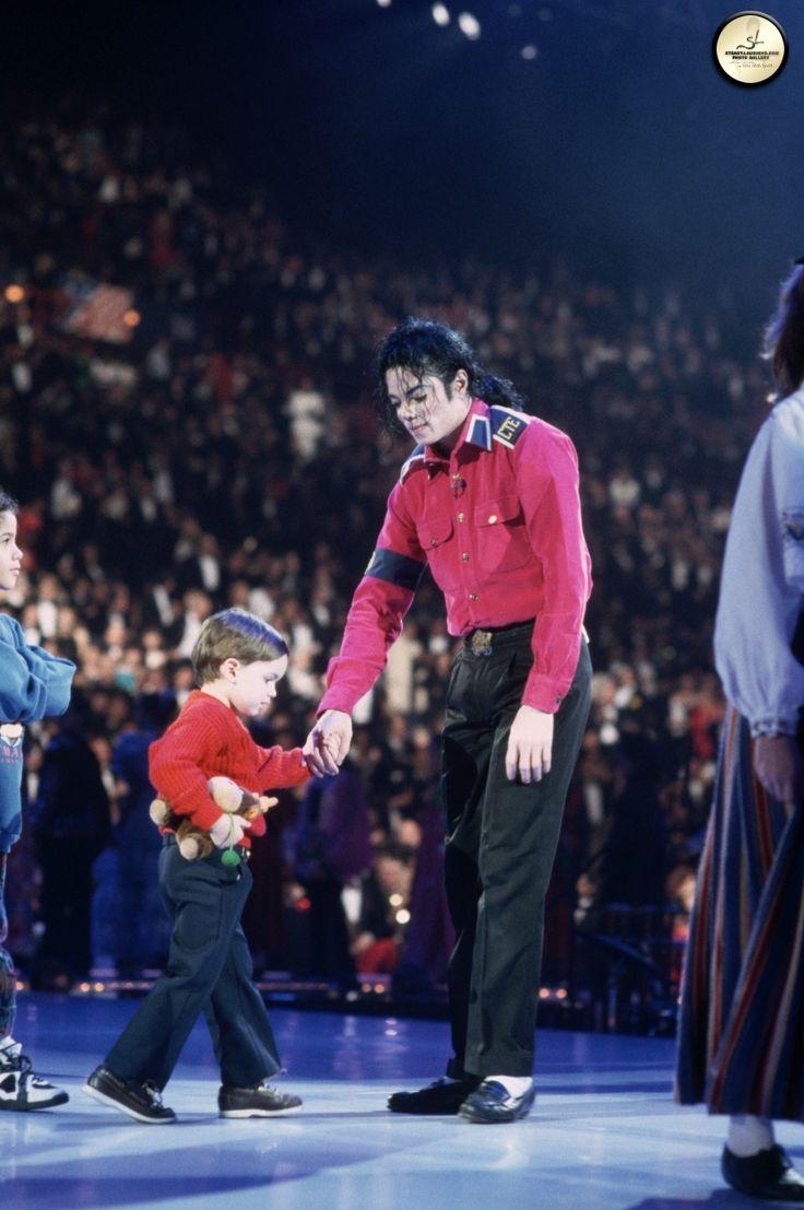michael jackson 1993 with bill clinton photos | Michael performs at president Bill Clinton's Inaugural Celebration ...