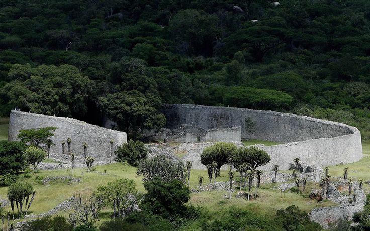 Vista geral das ruínas da Grande Zimbábue, Patrimônio da UNESCO; o local, que já foi morada do povo Shona entre os séculos 12 e 16, voltou a receber visitantes. A Grande Zimbábue é formada por construções rodeadas pela Muralha Elíptica, de cerca de 20 metros de altura