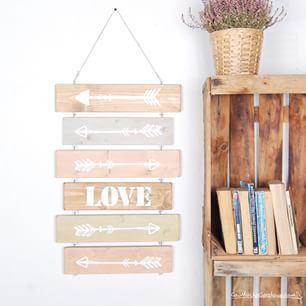 Tableros para decorar la casa, señales de madera, flechas y love
