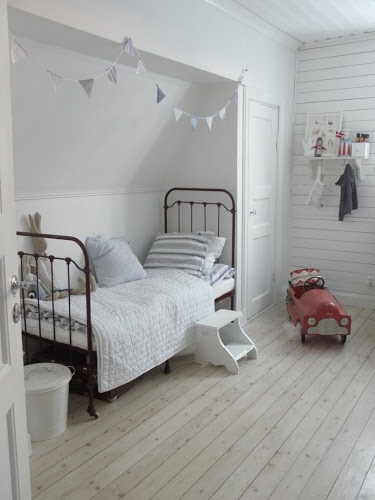 white and grays. Me encanta la cama...