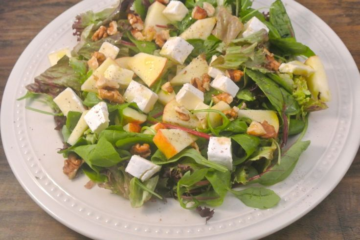 Een lekker recept voor een herfstsalade met verschillende soorten sla, brie, appel, walnoten en balsamico-azijn. Gewoon een lekkere en simpele salade, niks meer niks minder! Voor als het eens snel moet gaan!