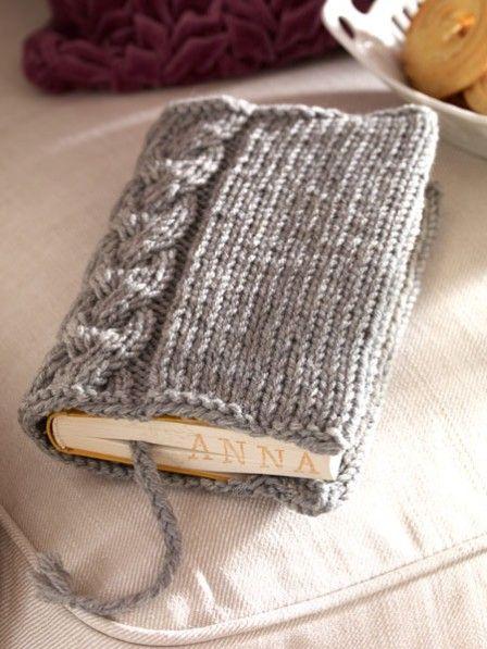 Ihre Lieblingsbücher können Sie ab jetzt mit dieser selbst gestrickten Buchhülle schützen. Praktisches Detail: Der Schmöker liegt noch besser in dern Hand.