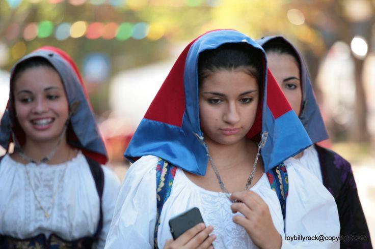 Il costume femminile di Seui, come gli altri del circondario, è caratterizzato dal copricapo di panno rosso con bordo azzurro, tenuto da una catena d'argento. Il costume maschile viene ora confezionato con tessuto nero leggero e tela bianca.