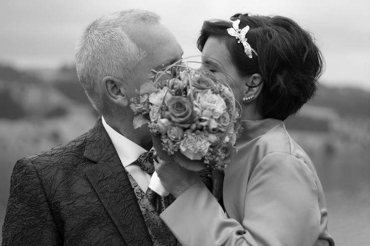 Just married ♡  #justmarried #endlesslove #marryme #hochzeit #paar #braut #bräutigam #brautstrauss #kiss #truelove #love❤ #dreamteam #luzern #switzerland���� #natur #hochsteckfrisur #dress�� #♡ http://gelinshop.com/ipost/1521585297257873213/?code=BUdwcQigz89