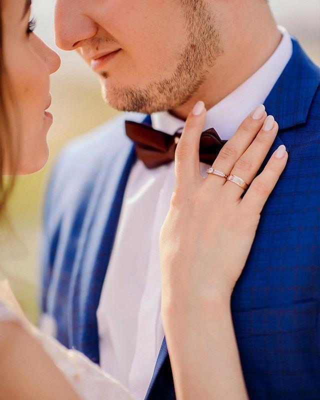 """""""Это ЛЕТО было необычайно Волшебным🌿! Полным свершений, незабываемых эмоций и чудесных новостей!  А самым главным событием этого года была наша свадьба 👰🤵 Хочу тебя поздравить любимый муж с нашей первой маленькой годовщиной ❣️ И я знаю, дальше больше 🙌🏼 М.  #familyday #familylove #wedding #weddings #weddingday #weddingdress #weddingphotography #instagramanet #instatag #kazan #tatarstan"""" by @lidiya_volk_. #eventplanner #weddingdesign #невеста #brides #свадьба #junebugweddings…"""