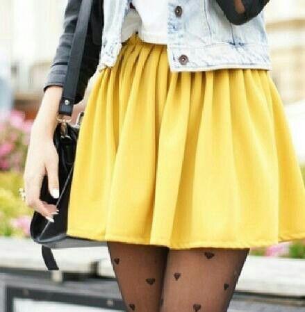 #falda #mostaza #chaleco #cuero #medias #corazon