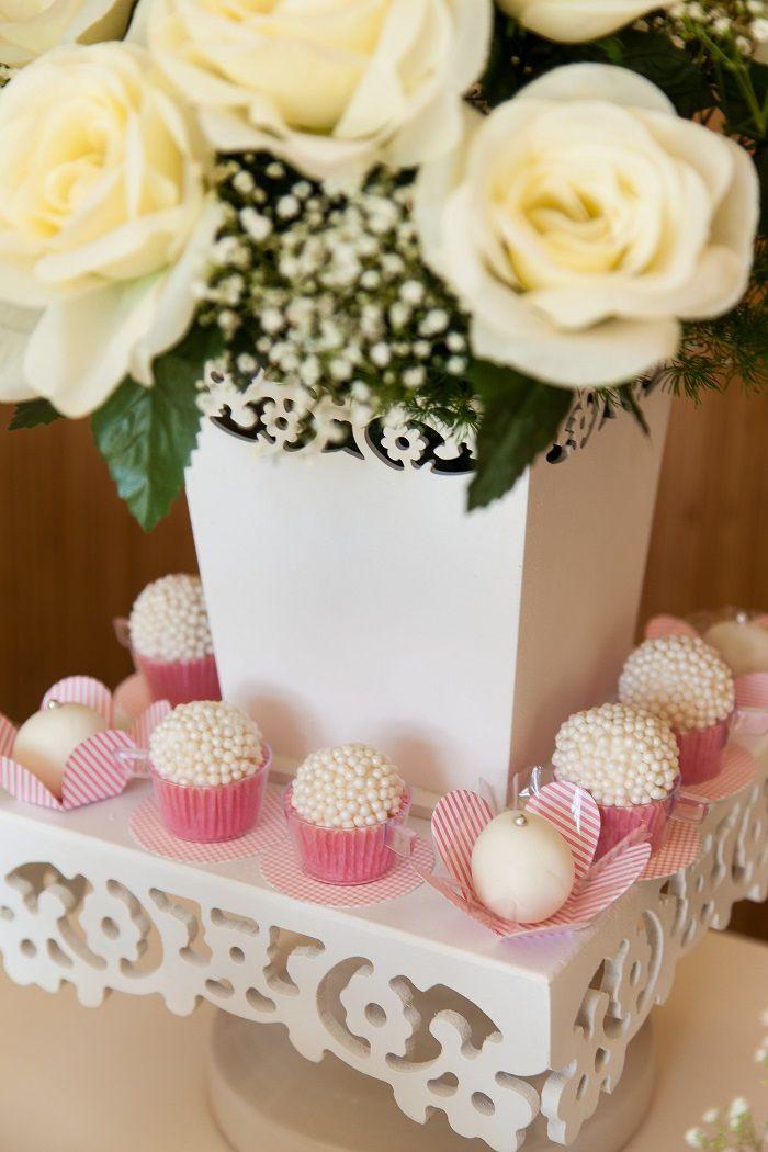 arranjo de flores naturais + docinhos + caixas de mdf brancas com recorte