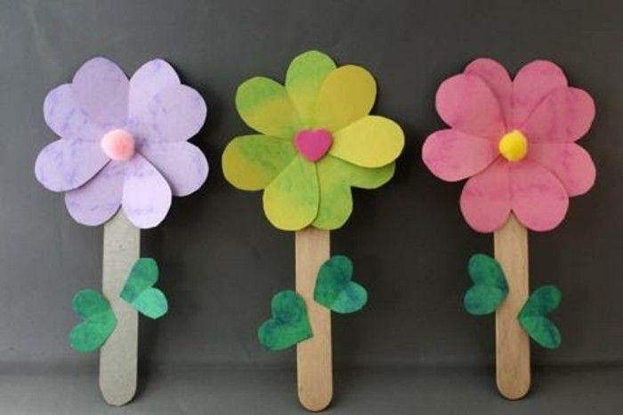 des fleurs en papier avec des batonnets de glace en guise de tiges et feuilles en papier vertes, idée activité manuelle printemps maternelle