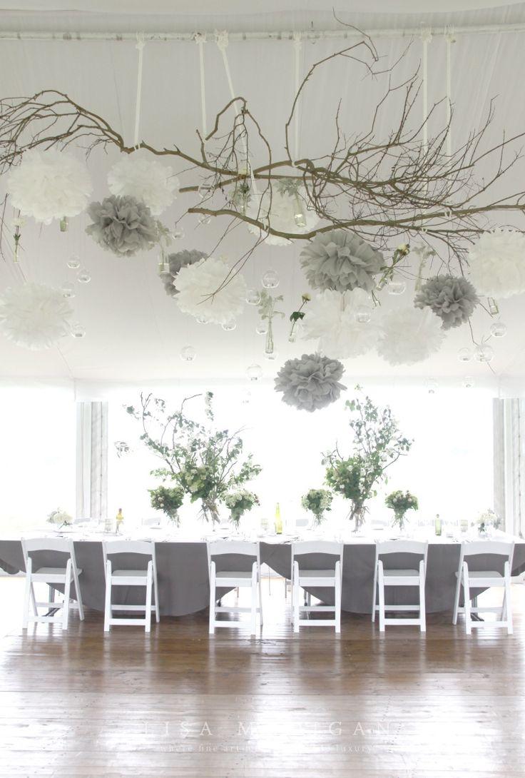 Décoration de mariage gris et blanc, nature branches de bois, pompons papier de soie crépon, naturelles. Vintage nature naturel grey white Wood wedding venue