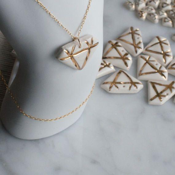 Collar de diamantes de porcelana con cadena de oro y detalles de lustre de oro de 18 k