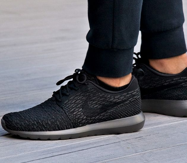nike roshe triple black