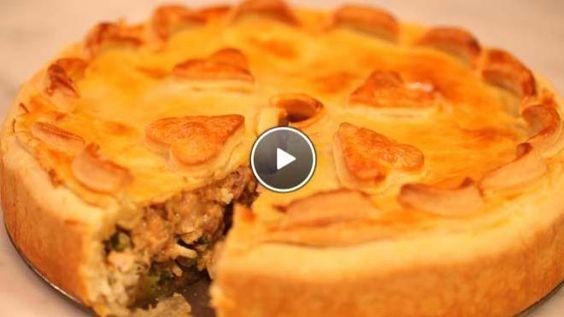 Robert ten Brinks satétaart, met: gekruide kip (knoflook, rode peper, gemberpoeder, komijnpoeder) saus (arachideolie, pinda's, knoflook, ui, gember- en komijnpoeder, palmsuiker, sambal oelek, ketjap manis en melk) en een vulling van rijst, taugé, groene paprika, lenteuitjes en ei - Rudolph's Bakery | 24Kitchen