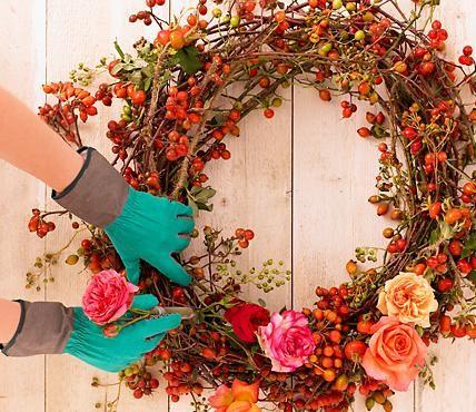 Herbstkränze selber machen -  Kranz mit Rosen und Hagebutten