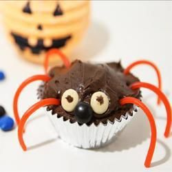 Man kann jeden Muffin oder Cupcake so als kleine Spinne dekorieren und schon hat man Halloween Muffins. Kinder können dabei helfen. #Halloweenparty #Halloween Essen  Das Rezept gibts auf Allrecipes Deutschland: http://de.allrecipes.com/rezept/9409/spinnen-muffins-f-r-halloween.aspx