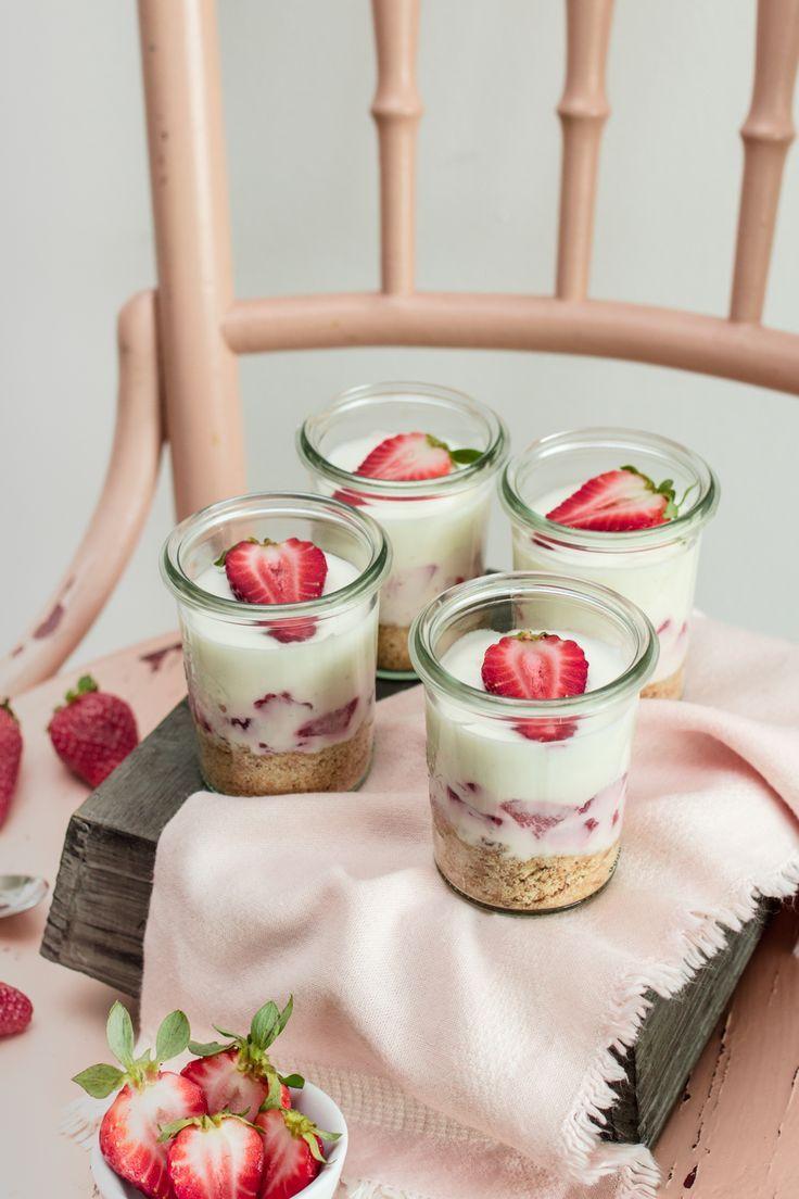 Strawberry Lemon Cheesecake in a jar // Erdbeer-Zitronen Cheesecake im Glas