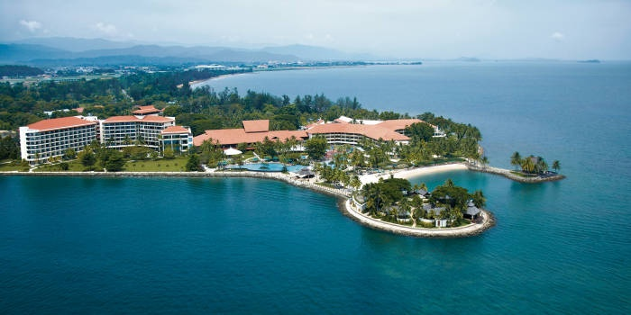 Shangri la's tanjung aru resort and spa is located on the beach in central kota kinabalu, close to sutera harbour, sabah state mosque, and sabah state museum.