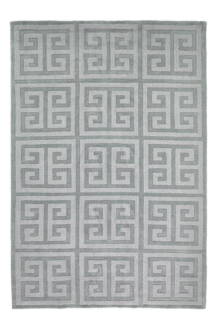 Uppdatera ditt hem med en mönstrad matta i härlig ullkvalité. Det kantiga blockmönstret i grå toner är invävt, vilket skapar fina övergångar i färgerna. Material: 100% ull. Storlek: 130x190 cm. Beskrivning: Handvävd matta av garnfärgad ull, med varp av bomull. Skötselråd: Professionell rengöring. Tips/råd: Mät ytan där mattan skall ligga. Mattan skall minst ligga under de främre stols- eller soffbenen vid sittplatsen.