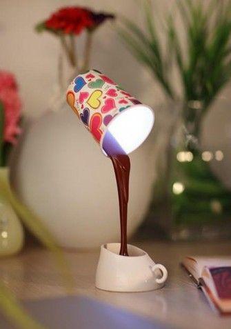 Dekoracyjna lampka LED, która wygląda jak prawdziwy kubek z kawą! W komplecie znajdują się 3 różne kubki pełniące funkcję abażurów, w tym jeden do samodzielnego pokolorowania! Lampka może być zasilana przez kabel USB lub przez 3 baterie AAA.