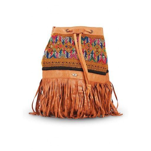 Een prachtige chique en compacte leren tas van het label Kiboots, die ook als rugzak te dragen is. Kleur bruin. Met schouderband aan de achterzijde. Draag hem schuin, over je schouder of op je rug. Perfect voor festivals, een dagje strand of een citytripje. Handgemaakt van echt leer en vintage Thaise stoffen in prachtige dessins […]