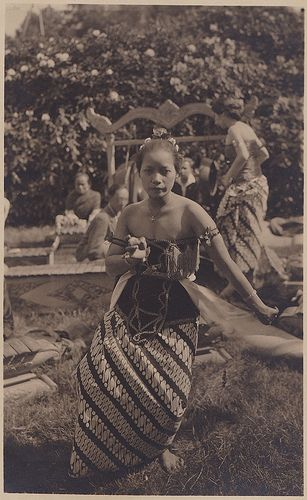 Tempo Doeloe #79 - Indonesian Dancer in Holland, 1928 / ITA, Arnhem.old photo, dated August 2, 1928. It shows an Indonesian dancer at the ITA in Arnhem, an exhibition about the Dutch East Indies.