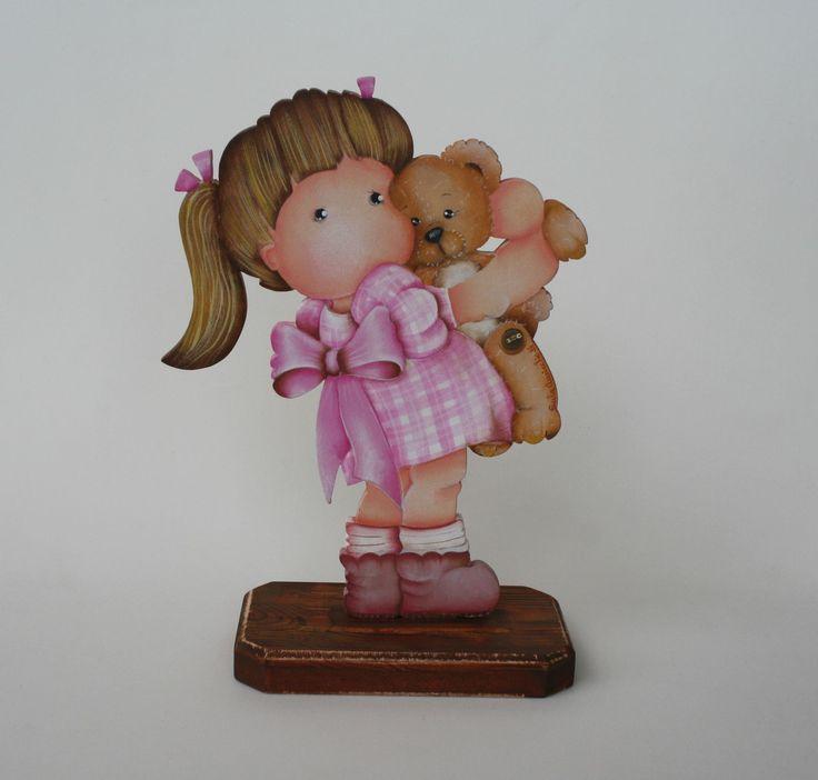 Linda peça em mdf, pintada à mão, motivo menina abraçando o ursinho. <br>Ideal na decoração do quarto de menina. É também um presente original. <br>Faço na cor de sua preferência.