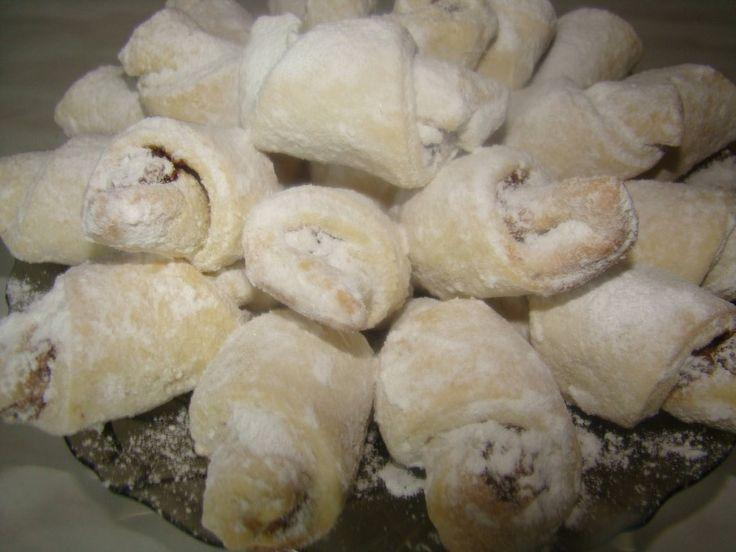 A karácsonyi sütemények között a diós és a lekváros kifliknek is ott a helyük! A tésztát akár lekvárral, vagy gesztenyével is megtölthetjük, de dióval a[...]
