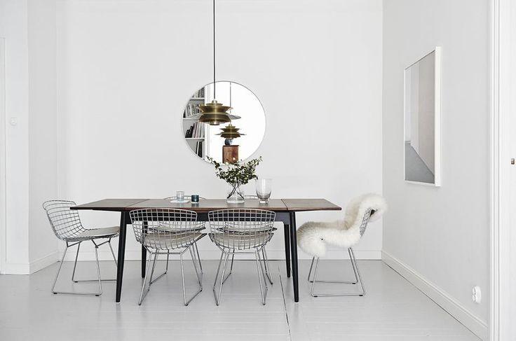 TRAME DI DESIGN II Protagonisti della zona pranzo sono un tavolo allungabile vintage dal design tipicamente in stile nordico e le sedie in metallo di inizio Anni 50 progettate dal designer Harry Bertoia per Knoll