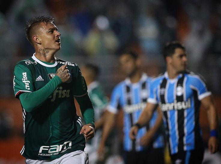 Em uma partida que teve praticamente de tudo, o Palmeiras venceu o Grêmio por 4 a 3, nesta quinta-feira, no estádio do Pacaembu, em São Paulo, em um jogo raro de se ver e que, sem dúvidas, foi o melhor do Campeonato Brasileiro até agora, em sua quinta rodada