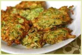 Courgette koekjes: Was courgette en rasp 'm. Bestrooi met zout en knijp na 15 min water eruit. Mix met knoflook, zout, peper, ei, geraspte wortel, paneermeel en maak er koekjes van. Airfry op 180 graden voor 10 min.