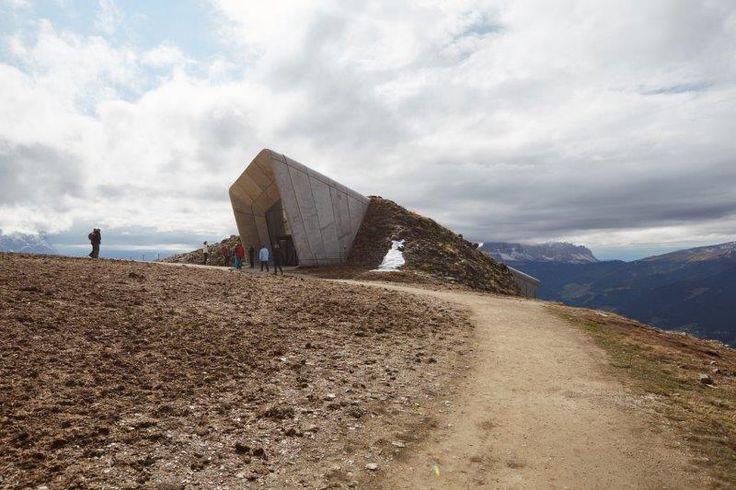 Come noi, anche #ZahaHadid ama il #calcestruzzo e lo ha scelto per plasmare il #Messner Mountain #Museum di Plan de Corone. #landscape #nature #architecture