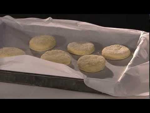 Wil je zelf scones maken? Met dit basisrecept leer je binnen een paar minuten de kneepjes van het vak. Lekker voor een high tea of brunch - Recept - Allerhande