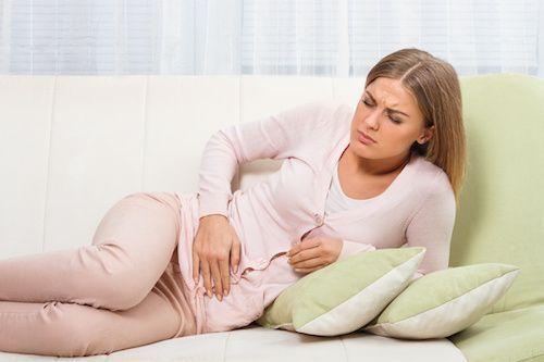 Femme qui a mal à cause d'une infection urinaire.Cystite : 3 remèdes naturels contre l'infection urinaire