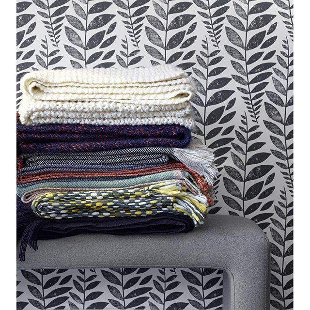 Det börjar bli mörkt och kallt, ladda upp med filtar och kuddar i soffan som gör det mysigt, varmt och hemtrevligt. Välkommen till våra butiker i Sickla, Skrapan & Täby C för att hitta din favorit! #habitatsverige