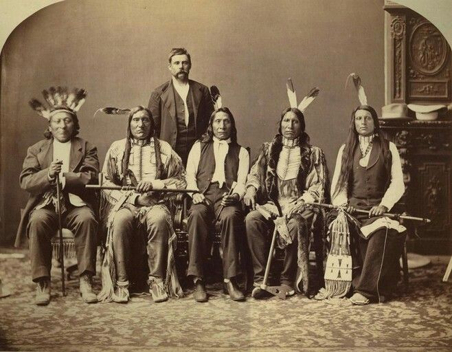 Teit lisäyksen tauluun Amerikan intiaanit/Native Americans Red Cloud delegation. Left to right: Red Dog, Little Wound, John Bridgeman (interpreter), Red Cloud, American Horse, and Red Shirt. Oglala Sioux, before 1876.
