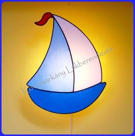 PLÜSS VITORLÁSHAJÓ A feng Shui szerint a karrier életterület tekintetében, az egyik leghatásosabb szimbólum a vitorláshajó. Szimbolizálja a boldog, egészséges utazást az élet tengerén.  Méretei: Szélesség: 37 cm Magasság: 47 cm Ára ufólámpatesttel: 10.000 Ft
