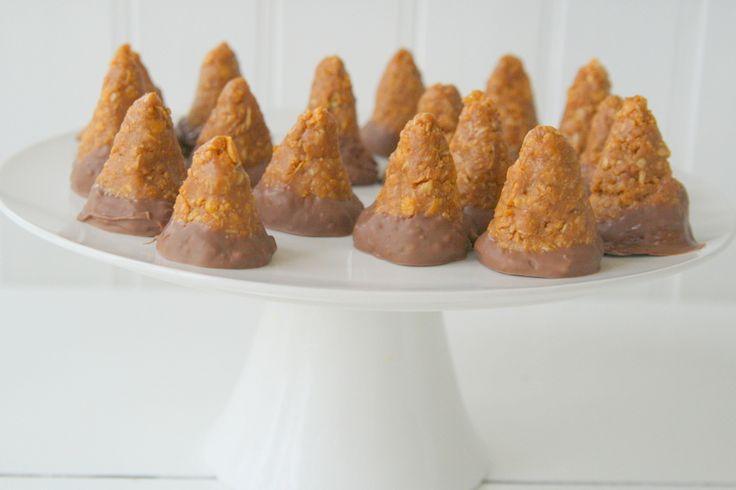 """Istället för att baka de """"vanliga"""" kokostoppar , så bakade jag snickerstoppar doppade i mjölkchoklad sist. Fantastiskt gott om man gillar jordnötter och choklad! 😀 De kanske inte gjorde sig så bra på bild. Men de blev väldigt goda. Det här behöver du : 350 gram jordnötssmör 1 dl sirap … Läs mer"""