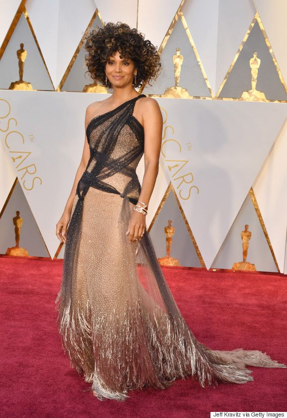 Halle Berrys 2017 Oscar Look Proves Shes As Fabulous As Ever