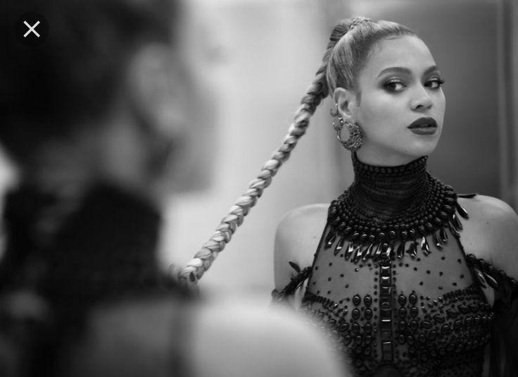Ik ben een heeeeele grote fan van Beyonce, ik hou van haar muziek. Ik luister het wel elke dag, al 3 jaar lang!! Zij is mijn favoriete idol, voorderest vind ik veel zangeressen wel goed maar niet zo goed als Queen B!!