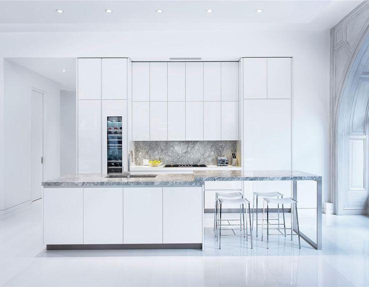 foorni.pl   Biały apartament, jasna kuchnia z wyspą
