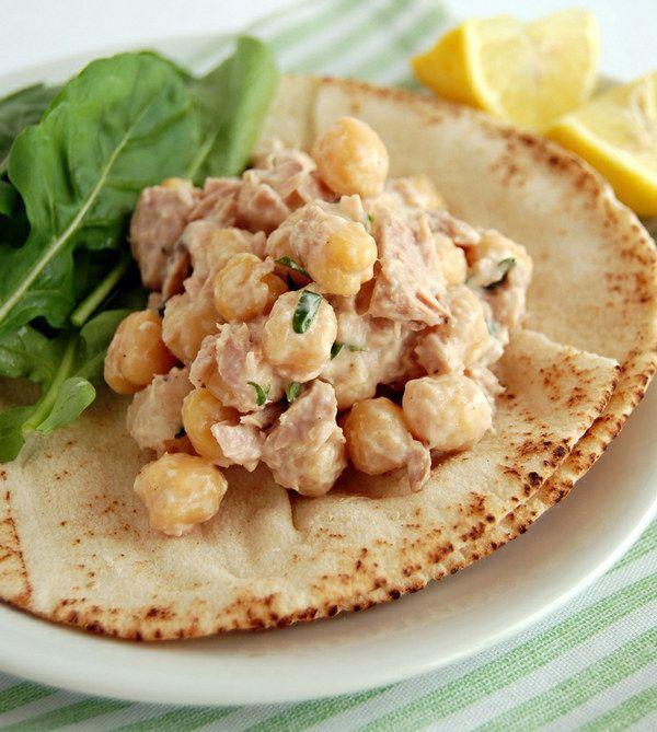 Agrégale garbanzos a tu ensalada de atún, te dejará pidiendo más. | 16 Deliciosas y sencillas recetas con una lata de atún que alegrarán tu día