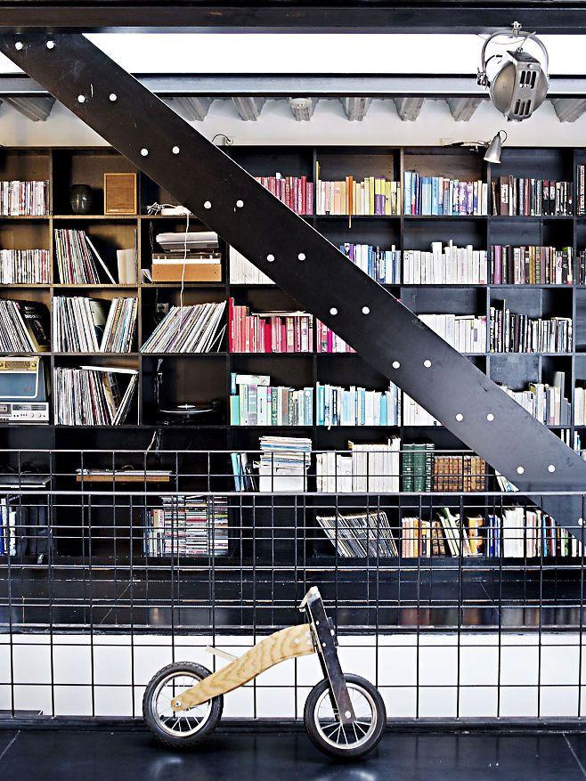 Med hårfin balanse mellom industriell råskap og bestemors klassikere har arkitektparet Mille Astrup Rønning og Mats Rustøy skapt et referanseprosjekt og hjem for familien på fem. Foto: Hilde Lillejord